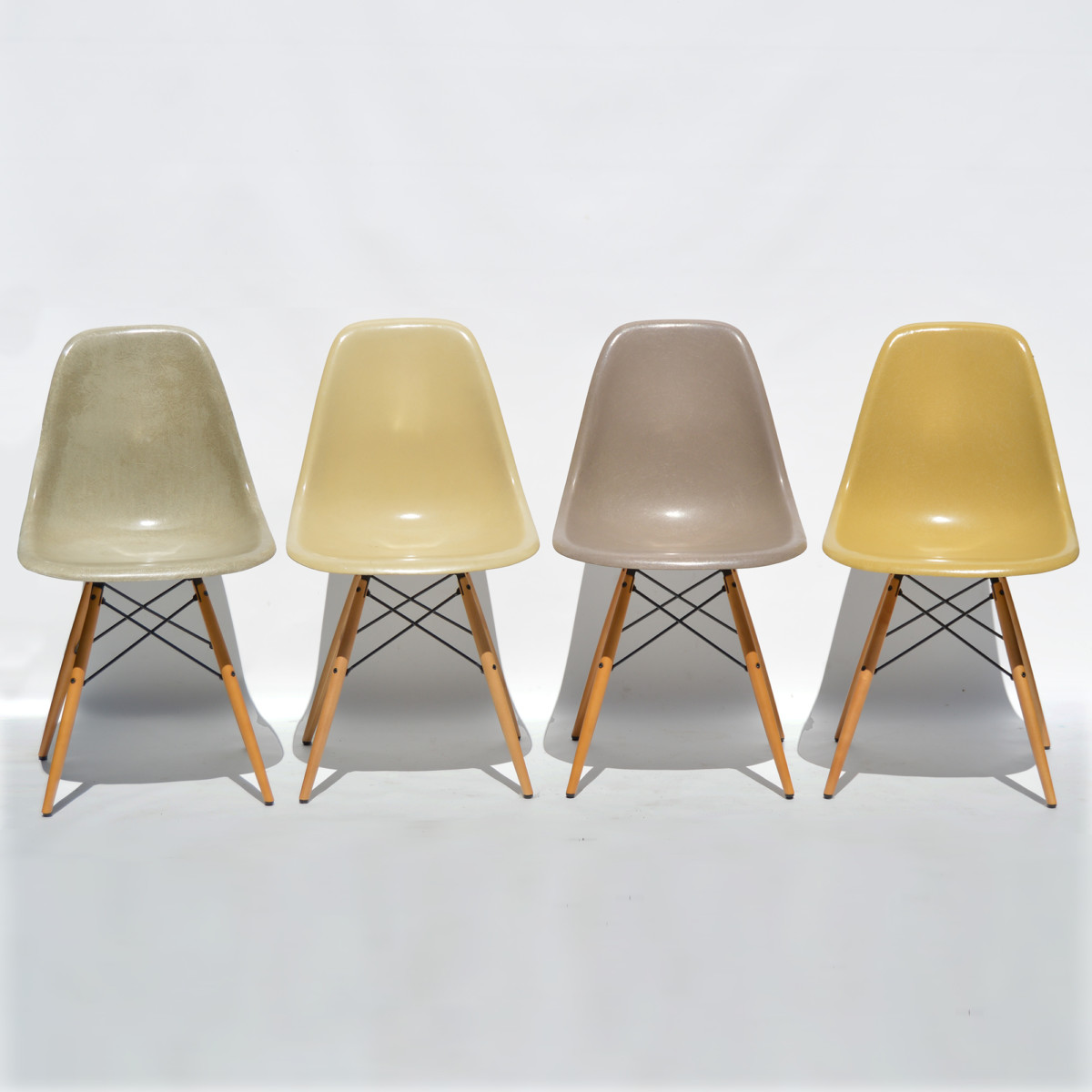 Ensemble De 4 Eames Side Chairs DSW Fibre Verre Sable